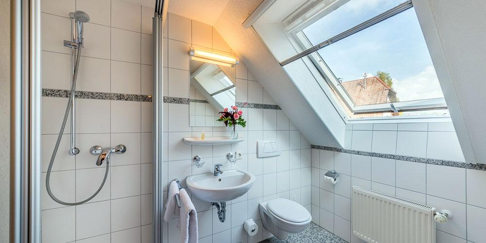 Badezimmer in eines der Zimmern - Landgasthof Löwen in Aichen